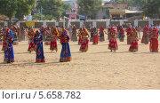 Купить «Индийские женщины исполняют танец, Индия», видеоролик № 5658782, снято 25 февраля 2014 г. (c) Михаил Коханчиков / Фотобанк Лори