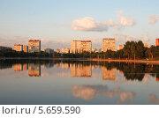 Купить «Гольяновский пруд в лучах теплого закатного света, Москва», эксклюзивное фото № 5659590, снято 10 июля 2011 г. (c) lana1501 / Фотобанк Лори