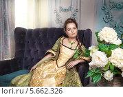 Красивая девушка в старинном платье. Стоковое фото, фотограф Darkbird77 / Фотобанк Лори
