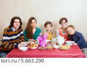 Купить «Семья с двумя детьми за столом празднует Масленицу», фото № 5663290, снято 2 марта 2014 г. (c) Юлия Кузнецова / Фотобанк Лори