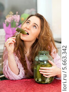 Девушка ест соленый огурец из трехлитровой банки. Стоковое фото, фотограф Юлия Кузнецова / Фотобанк Лори