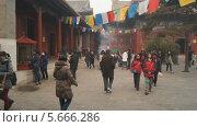 Пекин (Китай). Буддийский храм Юнхэгун. Люди гуляют во внутреннем дворике (2014 год). Редакционное видео, видеограф Konstantin Kartashov / Фотобанк Лори