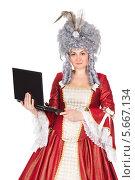 Купить «Женщина в платье королевы с ноутбуком», фото № 5667134, снято 13 декабря 2013 г. (c) Сергей Сухоруков / Фотобанк Лори