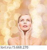 Купить «Красивая молодая женщина с очаровательной улыбкой и нежной кожей», фото № 5668270, снято 5 декабря 2013 г. (c) Syda Productions / Фотобанк Лори