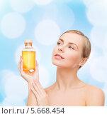 Купить «Красивая девушка с ухоженной кожей и бутылочкой ароматического масла», фото № 5668454, снято 5 декабря 2013 г. (c) Syda Productions / Фотобанк Лори