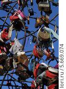 Замочки влюбленных на фоне голубого неба. Стоковое фото, фотограф Алексей Воронцов / Фотобанк Лори