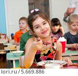 Купить «Девочка обедает в детском саду», эксклюзивное фото № 5669886, снято 27 февраля 2014 г. (c) Куликова Вероника / Фотобанк Лори