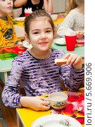 Купить «Девочка завтракает в детском саду», эксклюзивное фото № 5669906, снято 28 февраля 2014 г. (c) Куликова Вероника / Фотобанк Лори