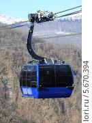 Купить «Кабинка горнолыжного подъёмника над пропастью, Красная поляна Сочи», эксклюзивное фото № 5670394, снято 6 февраля 2014 г. (c) Алексей Гусев / Фотобанк Лори