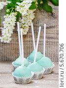 Зеленые сладкие кексы на деревянном столе. Стоковое фото, агентство BE&W Photo / Фотобанк Лори