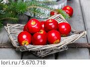 Купить «Красные яблоки в плетеной тарелке», фото № 5670718, снято 31 марта 2020 г. (c) BE&W Photo / Фотобанк Лори