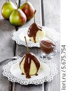 Купить «Десерт груши в шоколадной глазури», фото № 5675754, снято 12 декабря 2019 г. (c) BE&W Photo / Фотобанк Лори