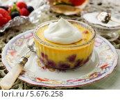 Купить «фруктовый десерт на тарелке», фото № 5676258, снято 21 октября 2018 г. (c) Food And Drink Photos / Фотобанк Лори