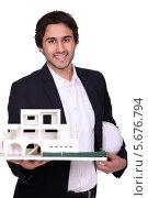 Купить «улыбающийся молодой архитектор показывает макет дома», фото № 5676794, снято 7 января 2011 г. (c) Phovoir Images / Фотобанк Лори