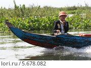 Девочка со змеей на лодке в Камбодже (2011 год). Редакционное фото, фотограф Ольга Язовских / Фотобанк Лори