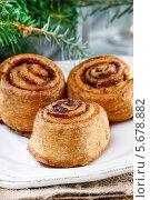 Купить «Плюшки с корицей и ветви если на рождественском столе», фото № 5678882, снято 22 июля 2018 г. (c) BE&W Photo / Фотобанк Лори