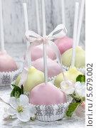 Купить «Маленькие кексы в формочках с цветами», фото № 5679002, снято 20 марта 2019 г. (c) BE&W Photo / Фотобанк Лори
