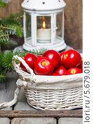 Купить «Красные яблоки в плетеной корзине. Подсвечник на деревянной подставке», фото № 5679018, снято 31 марта 2020 г. (c) BE&W Photo / Фотобанк Лори