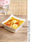 Тайский кислый горячий суп в керамической тарелке. Стоковое фото, агентство BE&W Photo / Фотобанк Лори