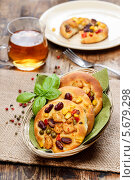 Купить «Печенье с овощами в плетеной тарелке на скатерти. Чай в кружке», фото № 5679298, снято 24 января 2019 г. (c) BE&W Photo / Фотобанк Лори