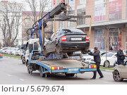Купить «Эвакуатор забирает машину», эксклюзивное фото № 5679674, снято 7 марта 2014 г. (c) Алексей Букреев / Фотобанк Лори