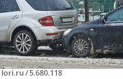 Купить «Два автомобиля столкнулись на дороге. ДТП», фото № 5680118, снято 15 января 2014 г. (c) Дмитрий Калиновский / Фотобанк Лори