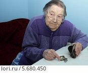 Пожилая бабушка сидит за столом и считает деньги. Стоковое фото, фотограф Шуба Виктория / Фотобанк Лори