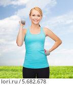 Купить «Спортивная молодая женщина тренируется на свежем воздухе в теплый погожий день», фото № 5682678, снято 7 января 2014 г. (c) Syda Productions / Фотобанк Лори