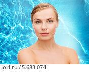 Купить «Очаровательная молодая женщина с красивым изгибом бровей на голубом фоне», фото № 5683074, снято 5 декабря 2013 г. (c) Syda Productions / Фотобанк Лори