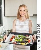 Купить «Женщина на кухне готовит форель на противне», фото № 5683886, снято 7 августа 2013 г. (c) Яков Филимонов / Фотобанк Лори