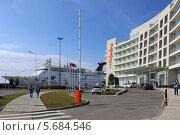 Купить «Отель «Айвазовский» и океанский лайнер Grand Holiday с туристами в Имеретинском порту», эксклюзивное фото № 5684546, снято 10 февраля 2014 г. (c) Алексей Гусев / Фотобанк Лори