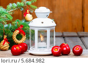 Рождественский натюрморт: фонарь, свежие яблоки и елка. Стоковое фото, агентство BE&W Photo / Фотобанк Лори