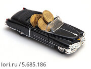Купить «Черный автомобиль везет деньги», фото № 5685186, снято 19 января 2014 г. (c) SevenOne / Фотобанк Лори