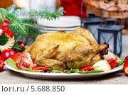 Купить «На белом подносе жареная курица с овощами», фото № 5688850, снято 17 июля 2018 г. (c) BE&W Photo / Фотобанк Лори