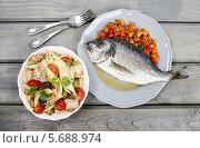 Купить «Вид сверху на тарелку с морским лещом и чашу салата с лососем», фото № 5688974, снято 19 октября 2018 г. (c) BE&W Photo / Фотобанк Лори