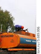 Купить «Рабочий проверяет уровень топлива в бензовозе», эксклюзивное фото № 5689006, снято 4 августа 2012 г. (c) Щеголева Ольга / Фотобанк Лори