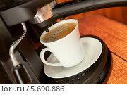 Купить «Приготовление кофе в кофемашине», фото № 5690886, снято 1 марта 2014 г. (c) Юлия Кузнецова / Фотобанк Лори