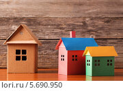 Игрушечные домики на деревянном фоне. Стоковое фото, фотограф Майя Крученкова / Фотобанк Лори