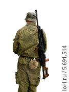 Купить «Солдат в каске с ручным пулемётом на плече», фото № 5691514, снято 22 мая 2019 г. (c) Георгий Хрущев / Фотобанк Лори