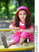 Купить «Девочка в розовой шляпе сидит в песочнице на детской площадке», фото № 5692238, снято 4 июня 2013 г. (c) Losevsky Pavel / Фотобанк Лори