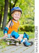 Купить «Маленький мальчик со скейтбордом в парке», фото № 5692290, снято 4 июля 2013 г. (c) Losevsky Pavel / Фотобанк Лори