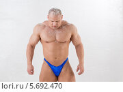 Купить «Мужчина-культурист демонстрирует мускулатуру», фото № 5692470, снято 3 октября 2013 г. (c) Losevsky Pavel / Фотобанк Лори