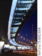 Купить «Городской пейзаж с дорожной развязкой ночью», фото № 5692654, снято 20 июня 2013 г. (c) Losevsky Pavel / Фотобанк Лори