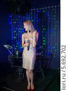 Купить «Певица с микрофоном на сцене в клубе», фото № 5692702, снято 17 июля 2013 г. (c) Losevsky Pavel / Фотобанк Лори
