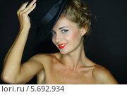 Купить «Портрет счастливой женщины с черной шляпой на темном фоне», фото № 5692934, снято 22 июля 2013 г. (c) Losevsky Pavel / Фотобанк Лори
