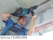 Купить «Рабочий делает отверстие с помощью перфоратора», фото № 5693054, снято 30 июля 2013 г. (c) Losevsky Pavel / Фотобанк Лори