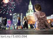 Купить «Молодая женщина сидит на брусчатке Красной площади на фоне Кремля и фейерверка», фото № 5693094, снято 24 июня 2013 г. (c) Losevsky Pavel / Фотобанк Лори