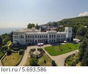 Купить «Зеленый газон перед фасадом Ливадийского дворца, Ялта», фото № 5693586, снято 29 августа 2013 г. (c) Losevsky Pavel / Фотобанк Лори