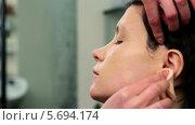 Купить «Нанесение тонального крема на лицо модели», видеоролик № 5694174, снято 10 февраля 2014 г. (c) Иван Артемов / Фотобанк Лори
