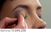 Купить «Стилист наносит тени на веки девушке», видеоролик № 5694258, снято 10 февраля 2014 г. (c) Иван Артемов / Фотобанк Лори